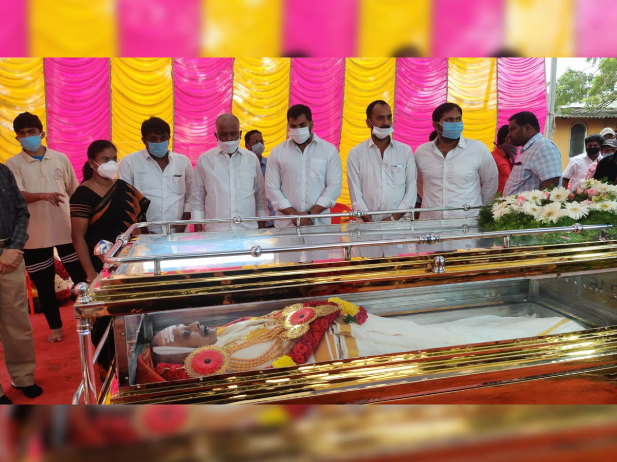 http://andhravilas.net/eng/wp-content/uploads/2020/09/Minister-Anil-Kumar-Yadav-attends-SPB-funeral-on-behalf-of-Andhra-govt.jpg